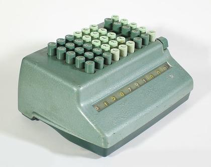 מכונת חישוב מ-1958 בצבע מנטה