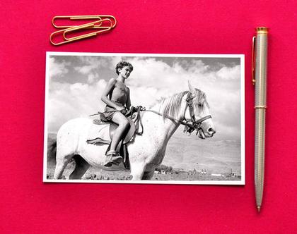 גלויה צילום שחור לבן: נער על סוס לבן, קיבוץ מפלסים, 1949