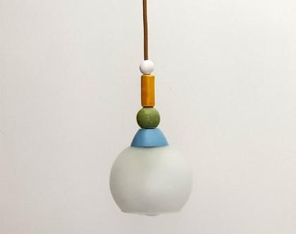 מנורת זכוכית חלבית קטנה בצבעוניות עדינה וחוט חשמל בגוון של זהב. יכולה להיות חלק מצמד או שלישיה במשחק מעניין של גבהים וצבעים