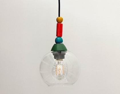 מנורת זכוכית קטנה עם חרוזי קרמיקה צבעוניים מעל וחוט שחור
