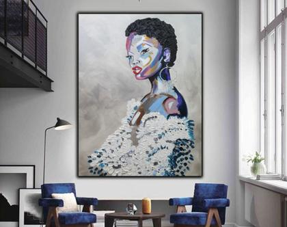 """""""זויאה"""" - יצירה בעבודת יד של אישה בצבעים חיים וטקסטורות מובלטות."""