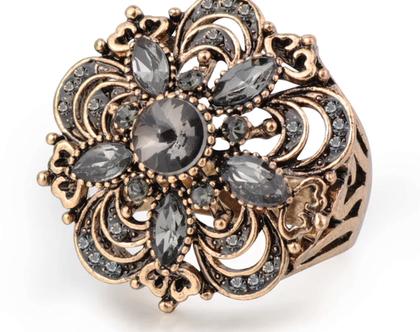 טבעת קוקטייל בשיבוץ קריסטלים מלאת נוכחות מידה 8