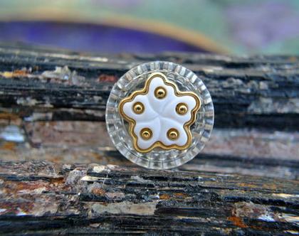 """6 כפתורים וינטג', כפתור פרח לבנים עם נקודות זהב על רקע פלסטיק שקוף גודל 18 מ""""מ"""