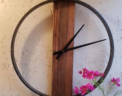 שעון גדול חלול בשילוב ברזל ועץ