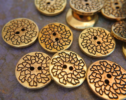"""6 כפתורים וינטג', כפתורים בצבע ברונזה, עיטור פרח בקו שחור, גודל 21 מ""""מ"""