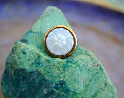 """6 כפתורים וינטג', כפתור פרח לבן בתוך פלסטיקבצבע זהב גודל 15 מ""""מ"""