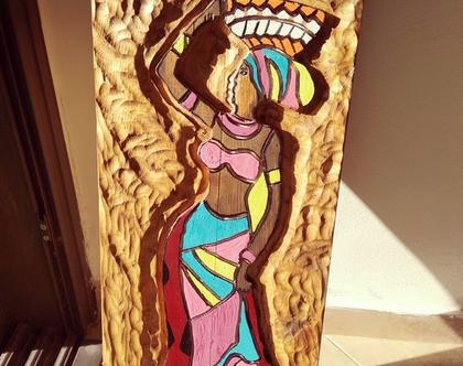 תמונה חרוטה בעץ מלא בדמות אפריקאית