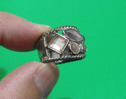טבעת וינטג' מתכת פליז נחושת לא כסף 8.5 מעוצבת אבנים ורודות סברובסקי / נדירה / מיוחדת במינה תכשיט מתנה