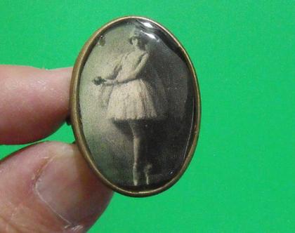טבעת וינטג' מתכת פליז נחושת לא כסף 8.5 מעוצבת צילום תמונה דמות אשה נדירה מיוחדת במינה תכשיט מתנה