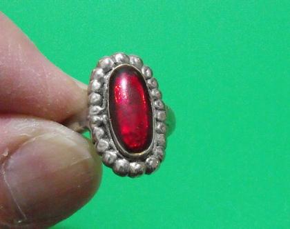 טבעת וינטג' מתכת פליז נחושת לא כסף מידה 5.5 מעוצבת משובצת אבן אדומה נדירה מיוחדת במינה תכשיט מתנה