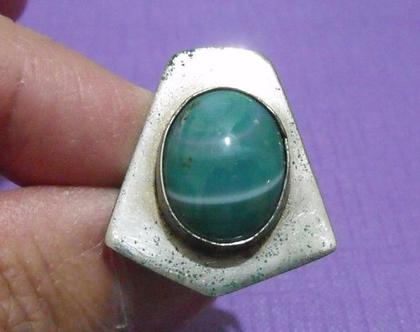 טבעת וינטג' מתכת פליז נחושת לא כסף מידה 8 מעוצבת משובצת אבן ירוקה נדירה מיוחדת במינה תכשיט מתנה