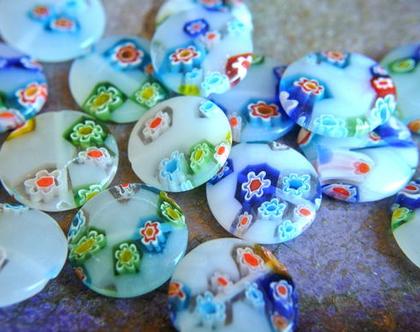 """חרוזי זכוכית לבן חצי שקוף עגולים שטוחים עם פרחים מעוטרים בשלל צבעים 20 מ""""מ, 10 חרוזים"""