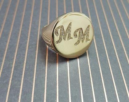 טבעת חריטה זהב משובצת - טבעת חותם אותיות משובצות - חותם עגול גדול שם משובצת זירקונים - טבעות חותם שמות - טבעת מעוצבת