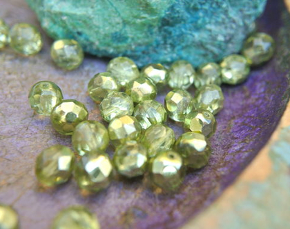 """חרוזי זכוכית קריסטל צבעוניים, קריסטל צ'כי גודל 8מ""""מ על 7 מ""""מ בצבע ירוק- 30 חרוזים"""