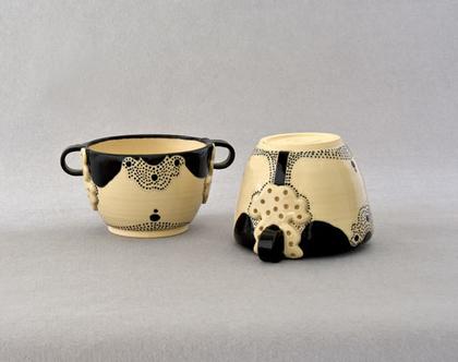 קעריות מרק לבנות מקרמיקה עם ידיות ומעוטרות בשחור