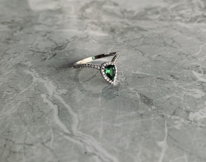 טבעת כסף 925  טבעת טיפה  אבן טיפה  טבעת משובצת זירקונים  טבעת כסף סטרלינג