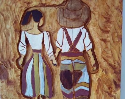 תמונה מגולפת מעץ מלא של זוג צועד יד ביד