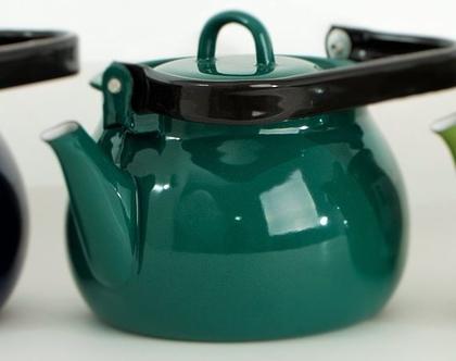 קומקום תה גדול מאמייל עם ידית שחורה בצבע ירוק כהה