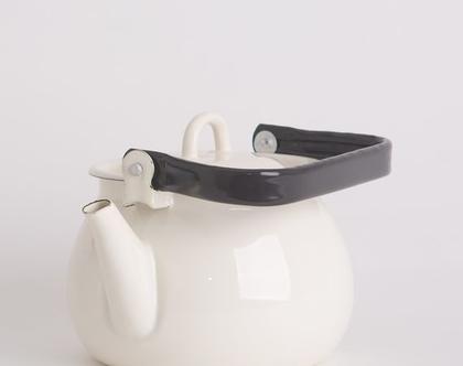 קומקום תה גדול מאמייל עם ידית שחורה בצבע שמנת