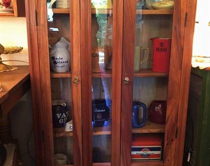 ארון ויטרינה מעץ ודלתות זכוכית
