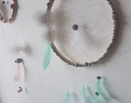 לוכד חלומות לחדר ילדים עם נוצות ופונפונים