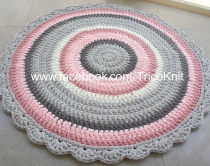 שטיח עגול סרוג בגוונים אפורים, ורודים ושמנת בקוטר 1 מטר