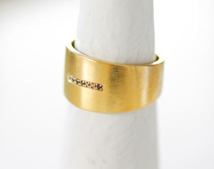 טבעת זהב פס יהלומים שחורים