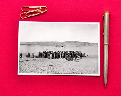 גלויה צילום שחור לבן: הגרלת המגרשים עליהם תיבנה תל- אביב, 1909