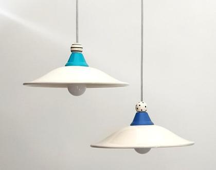 2 מנורות לבנות מקרמיקה עם עיטור בכחול, טורקיז, פסים ונקודות בשחור ולבן