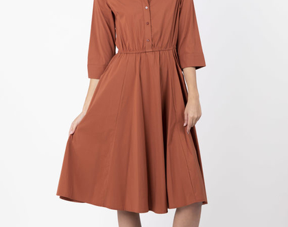 שמלת מידי מכופתרת בצבע חמרה