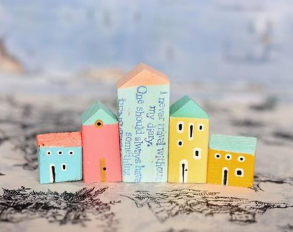 סט של 5 בתי עץ בודדים. פסל קטן למדף. בתים מיניאטורים. עץ ממוחזר. בתים קטנים מעץ. עיצוב הבית. עיצוב החדר. בית מיניאטורות. בתי עץ לקישוט