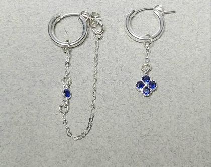עגילי חישוק א-סימטרי מכסף 925 , עגילי פרחים משובצים זרקונים בצבע כחול עמוק, עגיל משובץ זרקונים, מתנה בשבילה, עגילים לא תואמים