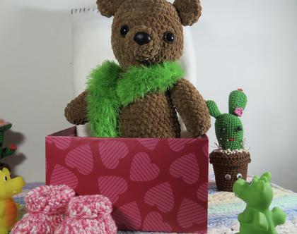 דובון סרוג בעבודת יד עם סריג בצבע ירוק, נעים למגע, חמוד ביותר