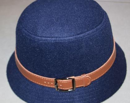 כובע כחול עם חגורה חומה