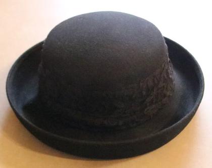 כובע שחור עם תחרה