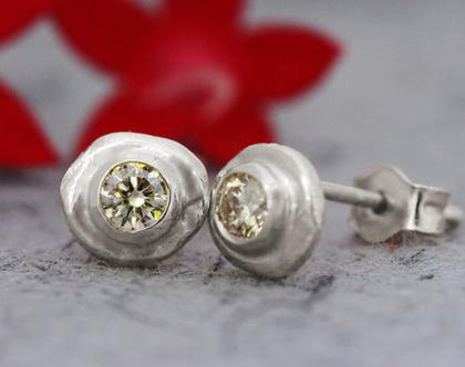 עגילי זהב לבן צמודים, עגילי יהלומים צמודים, יהלום שמפניה, עגילי זהב 18 קרט, עגילים מעוצבים לאישה, עגילים לכלה, עגילים עדינים, עגילי זהב 14K