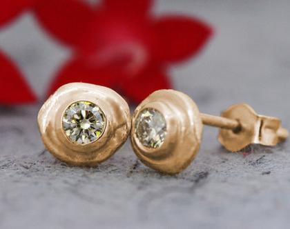 עגילי זהב אדום צמודים, עגילי יהלומים עגולים, יהלום שמפניה, עגילים קטנים מעוצבים, עגילי יהלום מתנה, תכשיט יהלומים יוקרתי, תכשיטי זהב אדום