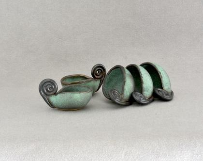 פמוטים מקרמיקה בצבע טורקיז עם ידית מסולסלת