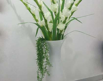 זר פרחים לבן באגרטל לבן