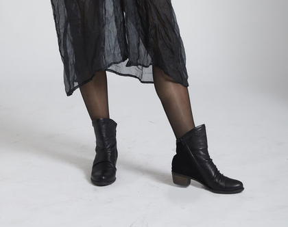 מגפיי עור עם עקב קטן. מגפיים שחורים מעור שחור. מגפיים נוחים. מגף עור שחור עם קפלונים ועקב קטן