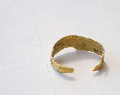 צמיד זהב פתוח וקשיח בטקסטורה קליפת גזע
