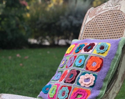 כרית נוי סרוגה עם פרחים צבעוניים