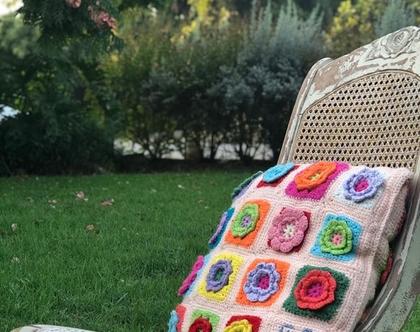 כרית נוי סרוגה עם פרחים צבעוניים והקדשה אישית