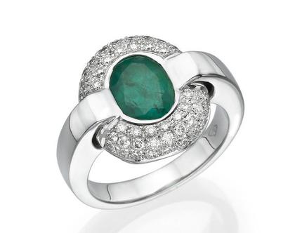 טבעת אמרלד 2.50 קראט, זהב-לבן 18 קראט, משובצת 0.64 קראט יהלומים