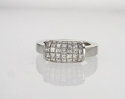 טבעת זהב לבן 18 קראט עם יהלומים