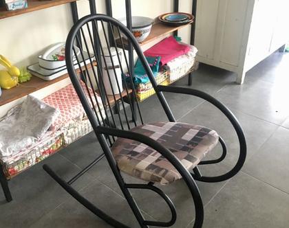כיסא נדנדה עשוי ברזל