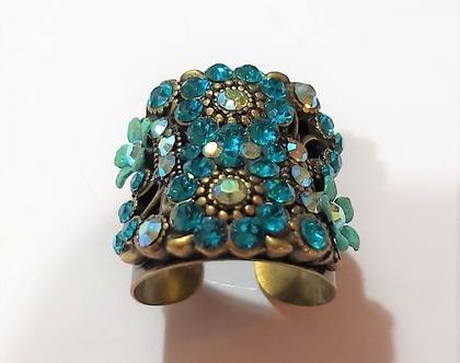 טבעת של מיכל נגרין משובצת בקריסטלים של סברובסקי בצבע תורכיז הטבעת מתכווננת חדשה לגמריי יפה מרשימה ומראה נוכחות..