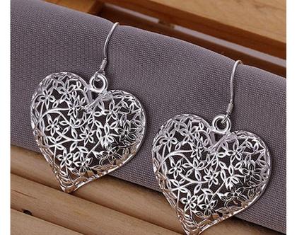 עגילים תלויים כסופים בצורת לב   עגילים   עגילים לאישה   עגילים מיוחדים  