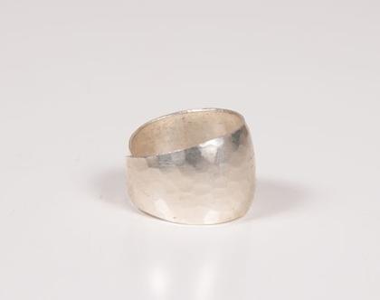 טבעת כסף 925 מרוקעת עדינה וגדולה