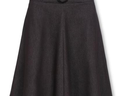 חצאית מידי שחורה מבד ג'ינס בגזרה גבוהה ואבזם במותן (דיאנה)